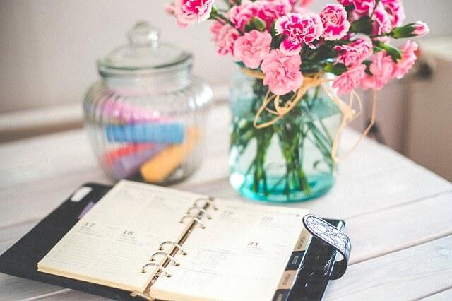 Kalender und Organizer auf einem Tisch
